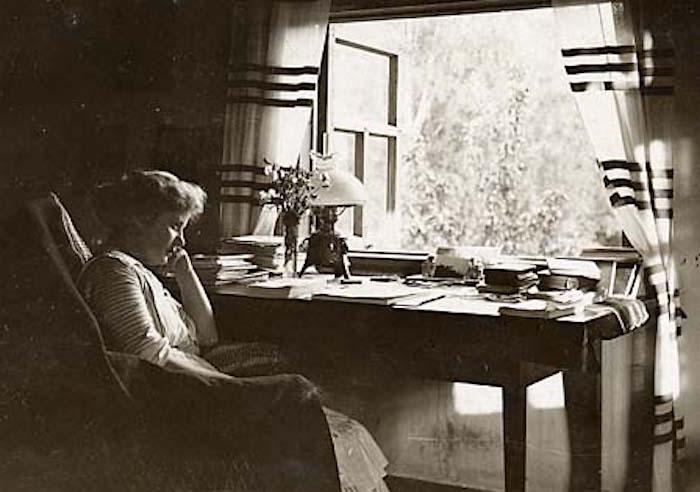 Hagar Olsson i sitt arbetsrum