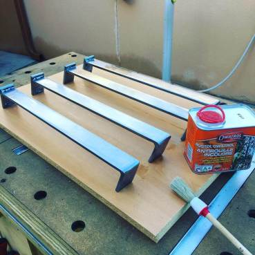 Les pieds sont fini, le temps que l'huile sèche et ca sera bon :) #woodworking #steel #metal #bois #vintage #tablebasse #restauration #meuble #diy #diybois