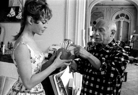 "Brigitte Bardot et Pablo Picasso dans l'atelier de la villa ""Californie"" a Cannes en 1956 pendant le festival de Cannes Neg: CX24335 --- Brigitte Bardot and Pablo Picasso during Cannes festival 1956 in villa ""Californie"" in Cannes"