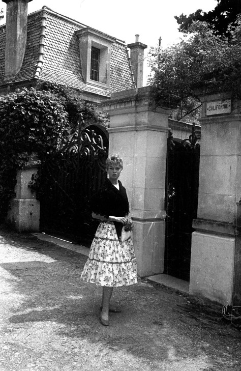 "Brigitte Bardot en 1956, pendant le festival de Cannes, devant la villa ""Californie"" a Cannes que Picasso a achetee en 1955 et ou il a installe son atelier --- Brigitte Bardot outside villa ""Californie"" in Cannes (Picasso's property) in 1956 during Canne sfestival"