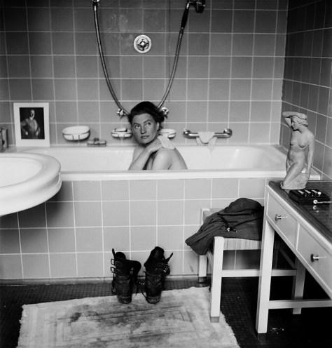 Lee Miller i Hitlers badekar i hans private lejlighed i München. 1945 Foto af David E Scherman/Lee Miller.
