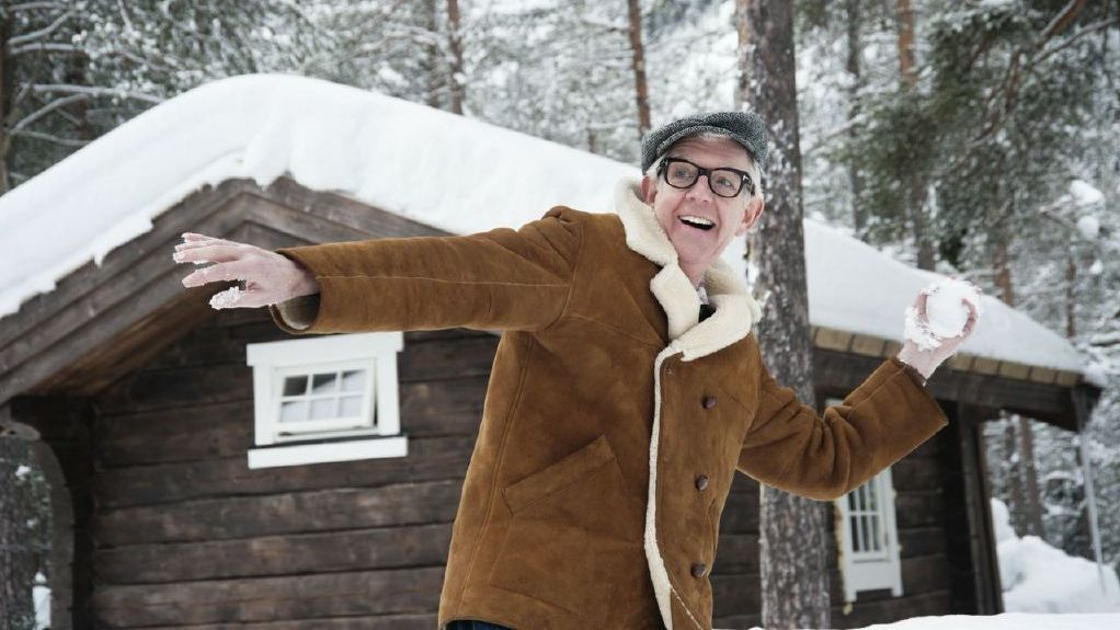 Nick Lowe throws a snowball