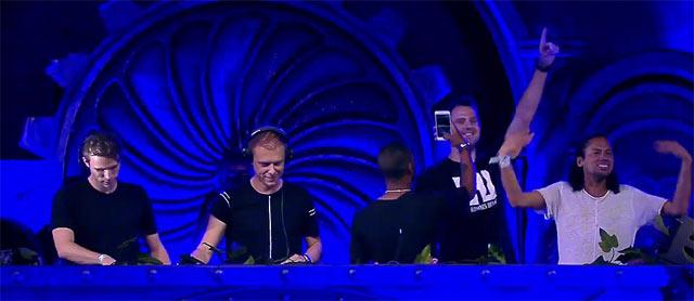 Armim van Buuren volta com W &W, Sunnery James & Ryan Marciano, em jam sesions DJs no palco no encerramento do dia após Alesso
