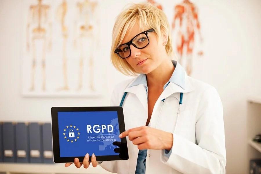 femme professionnelle de santé avec réglementation rgpd sur tablette