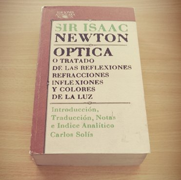 Foto del libro de Isaac Newton sobre óptica y los colores traducido por Carlos Solís.