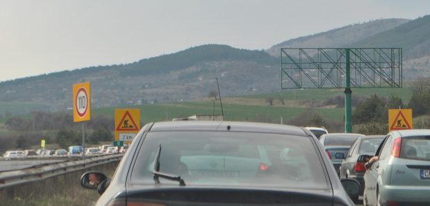 Около девети километър се появиха знаци, които подсказаха каква може да е причината за пътната драма.