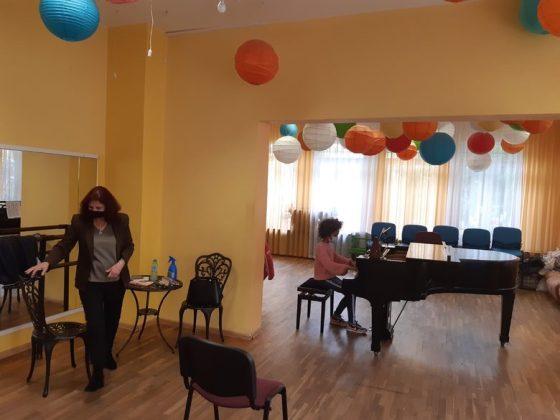 Дете от училището по пиано в сградата на CICO в Св.