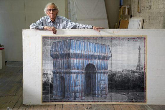 Кристо със скица за проекта L'Arc de Triomphe, Увит в Ню Йорк на 20 септември 2019 г.