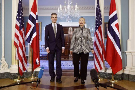 Тази снимка от 2012 г. показва тогавашния държавен секретар Джонас Гар Магазин с бившия държавен секретар на САЩ Хилари Клинтън.