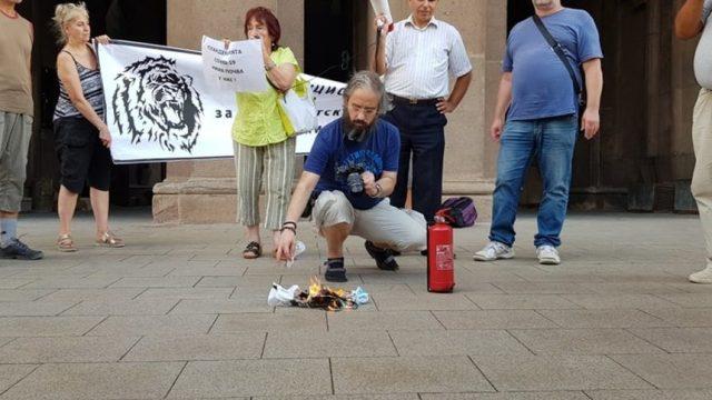 Протестът на първи септември, обявен като публично хвърляне на маски, се превърна в публичното им горене.