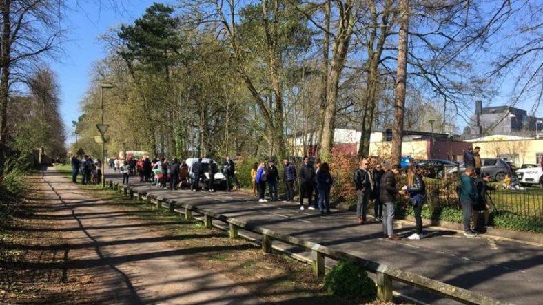 На изборите на 4 април българите във Великобритания се редиха на дълги опашки заради малкото секции, а някои дори не успяха след цял ден чакане да гласуват.