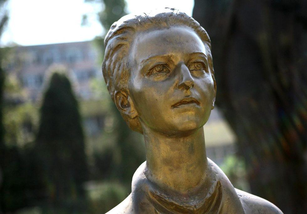 """Светла Иванова споделя още, че по време на подготовката на музея са се появили много мнения относно това каква е целта на музея, защо го има. Тя казва, че неговата цел не е да идеологизира, в никакъв случай да политизира, а да покаже българското изкуство от този период, който реално отсъства в постоянните експозиции на повечето галерии и музеи в София и в страната.Паркът ще продължи да се развива и ще бъдат добавяниНа снимката: """"Людмила Живкова"""", Величко Минеков"""
