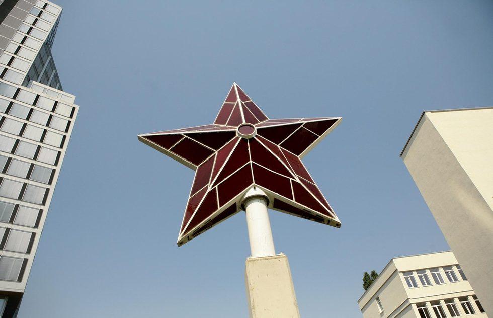 """Експозицията всъщност започва с червената звезда, украсявала някога партийния дом. Тя не е произведение на изкуството, но е силен символ и е поставена още на входа на музея и парка като символ на периода. Това е първата, автентична и реставрирана звезда, поставена на шпила на сегашната сградата на Народното събрание на пл. """"Независимост""""."""