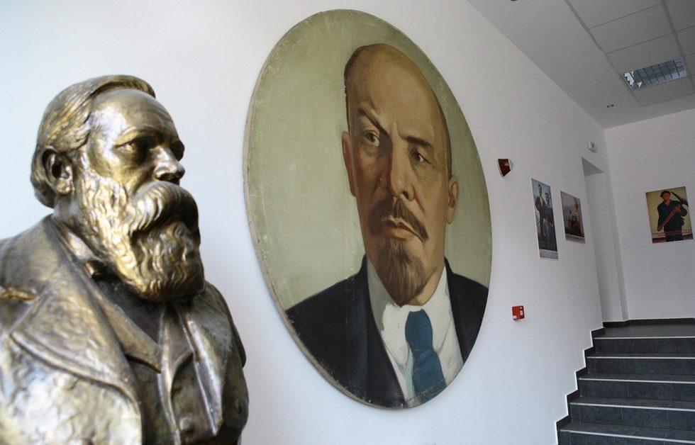 В кафенето има и огромни образи на Ленин, Сталин, Георги Димитров, Маркс и Енгелс, които всъщност преди години са били използвани в манифестациите.