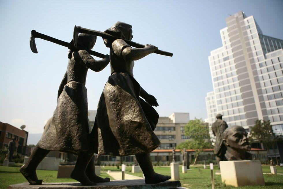 """Музеят на социалистическото изкуство се състои от скулптурен парк с територия от 7 500 кв. м., където засега са изложени 77 произведения на монументалната скулптура.Експозицията в изложбената зала е разположена на площ от 550 кв. м и показва 60 произведения на живописта и 25 творби на кавалетната пластика.Директорът на Националната художествена галерия Светла Иванова разведе екип на в. """"Дневник"""" из музея броени дни преди откриването му и разказа някои интересни подробности за подготовката, експонатите и техните автори."""