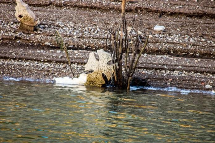 НАДРЕАЛНЕ ФОТОГРАФИЈЕ! На језеру у срцу Србије ИСПЛИВАЛО СЕЛО И ГРОБЉЕ деценијама ПОТОПЉЕНО (ФОТО) 4