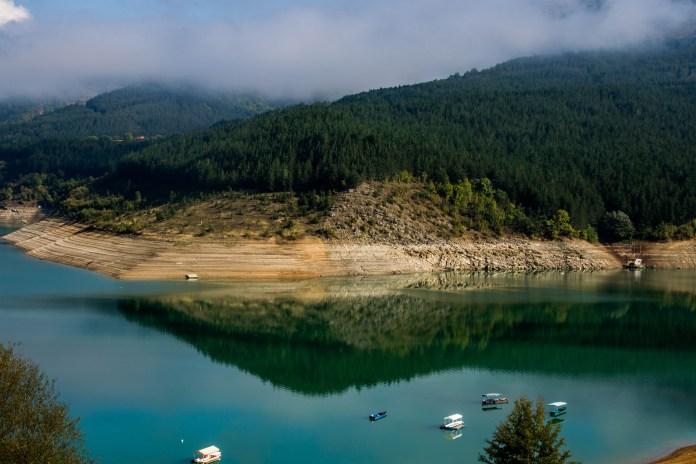 НАДРЕАЛНЕ ФОТОГРАФИЈЕ! На језеру у срцу Србије ИСПЛИВАЛО СЕЛО И ГРОБЉЕ деценијама ПОТОПЉЕНО (ФОТО) 5
