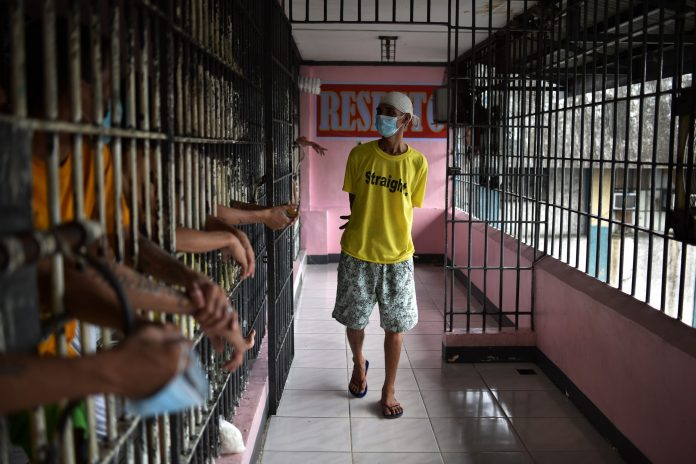 Prison managers and other staff are just as responsible for prisoners' health. As such, the regional prison health conference in Manila gathered 150 health and detention authorities, academics and public health experts from 20 countries to share experiences, challenges and best practices.