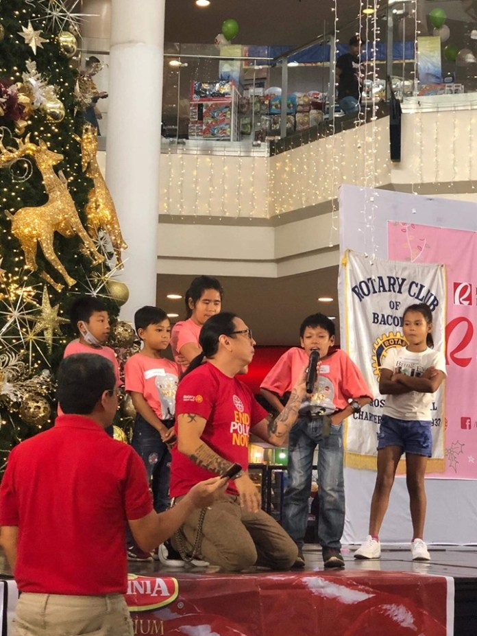 Rotary Club member and actor John Arceo entertains the crowd during the gift-giving program held last December at the Robinsons Mall.