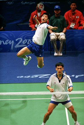 play the bow and arrow posture in badminton