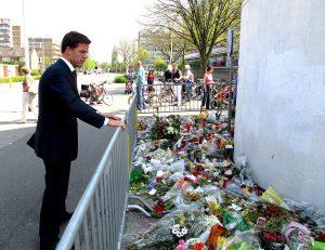Minister-president Rutte inspecteert de bloemenzee voor winkelcentrum de Ridderhof