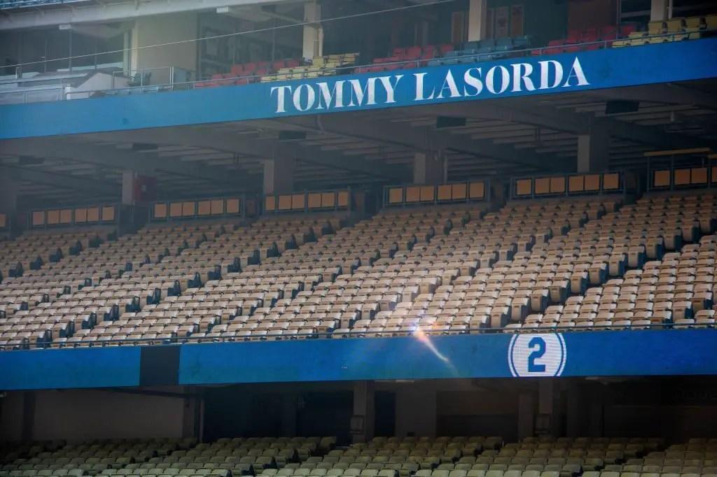 Dodgers: Los Angeles acende azul em homenagem a Tommy Lasorda 2