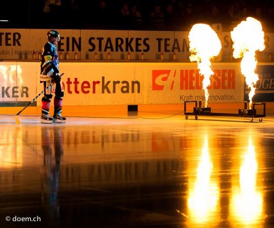 Damien Brunner (EVZ) betretet das Eisfeld.