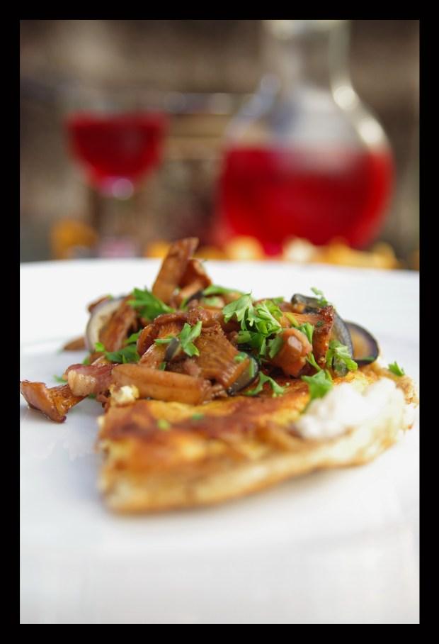 Kantareller & bacon toppar en omelett