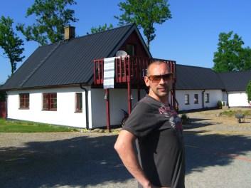Här står min fina husse Jocke framför mitt barndomshem i Skurup!