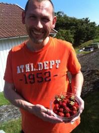 Husse har plockat jordgubbar i vårt eget land!