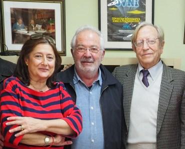 Robert Llimós en la sede del II.EE. en una foto tomada en octubre 2015, junto a los investigadores del fenómeno OVNI Ramon Navia y Carme Domenech