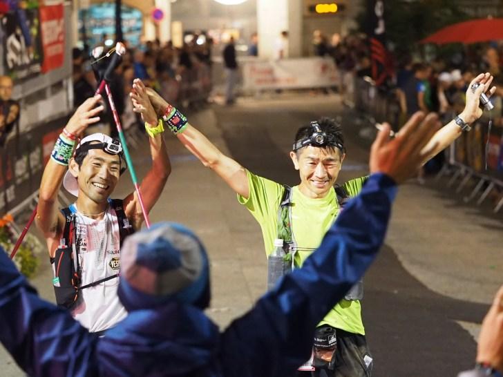 中盤以降は励ましあいながらUTMBを完走した野本哲晃 / Tetsuaki Nomoto(右)と大瀬和文 / Kazufumi Oose (Salomon)。