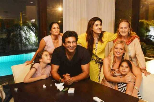 image_124056.327189,xcitefun-wasimakram-with-his-fianc-shaniera-thomp