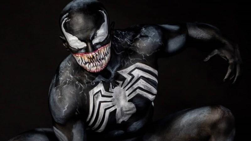 Uno spettacolare cosplay di Venom con la magia del body painting!