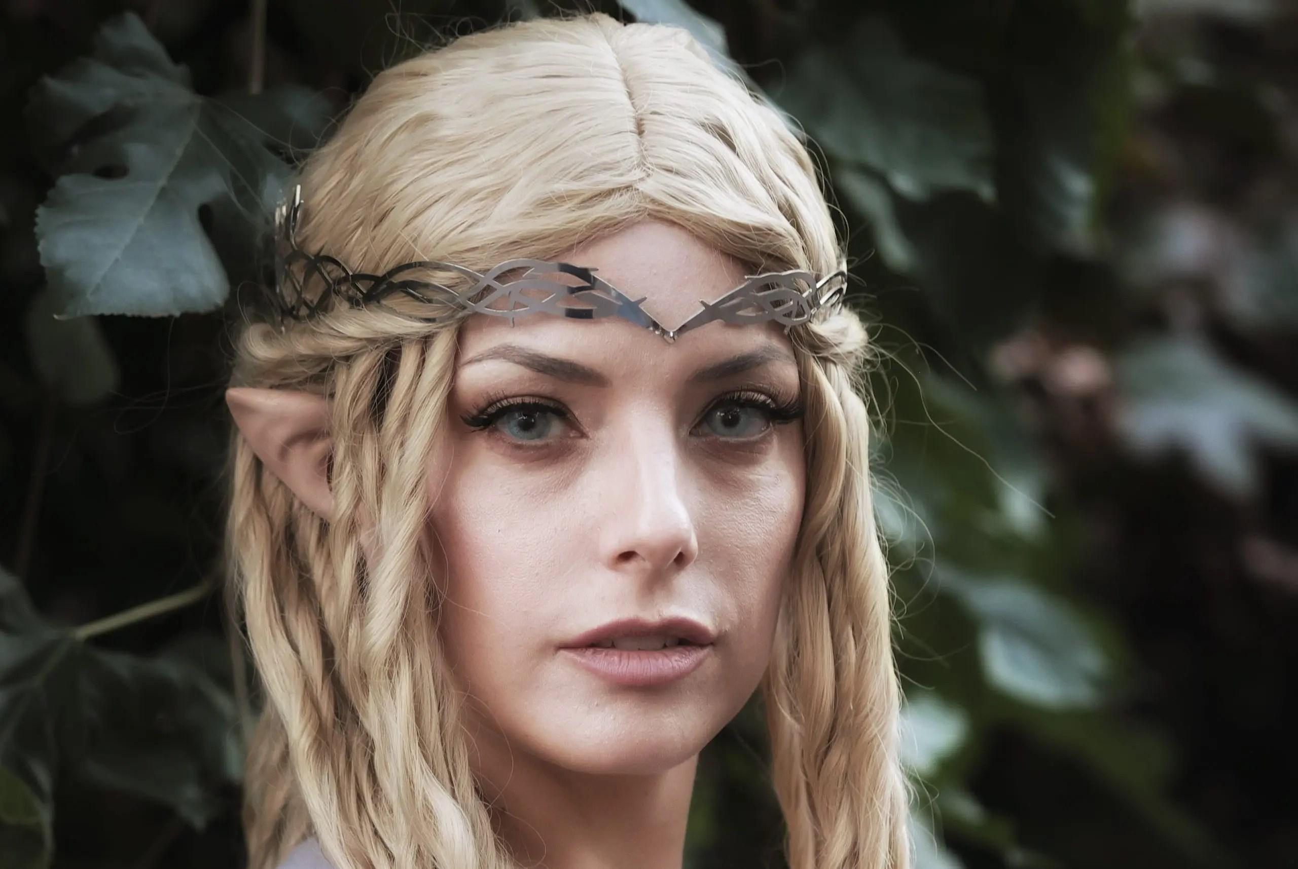 Un incantevole cosplay di Galadriel dalla celebre saga Il Signore degli Anelli!