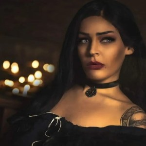 La cosplayer Julie Quinn è Yennefer di Vengerberg dall'universo di The Witcher!