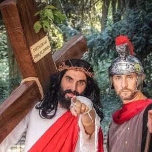 Che coppia divina! I cosplayer Lele Lupin e Cristian Gandini sono Gesù e Longino