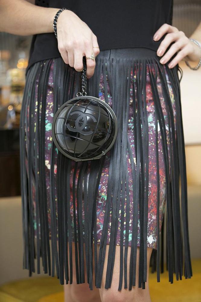 127ff6e2a Look da noite: saia Etoiles (coleção antiga, mas as franjas estão tão em  alta que não será problema achar uma similar), blusa Helmut Lang , bolsa  Chanel, ...
