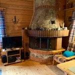 Wohnzimmer mit Fernseher und offenem Kamin