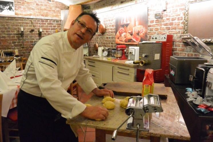Nicola Lodato bei der Zubereitung des Pasta-Teigs