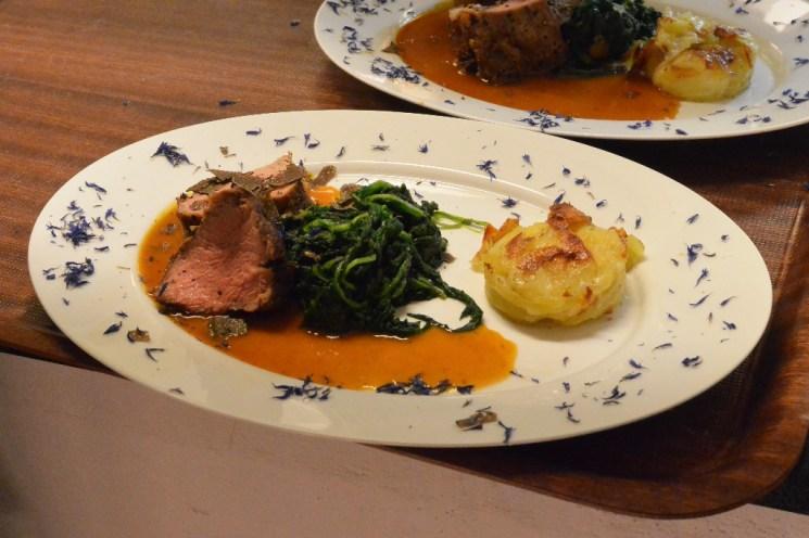 Der vierte Gang: Kalbsfilet mit Kartoffelgratin in Salbeirahmjus und Spinat sowie frischem Tuber mesentericum