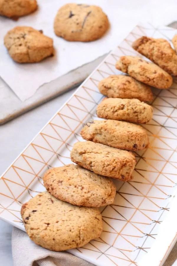 Biscotti con Farina di Chufa e Nocciole e Gocce di Cioccolato disposti su piattino