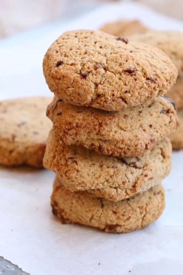 Biscotti con Farina di Chufa e Nocciole e Gocce di Cioccolato impilati
