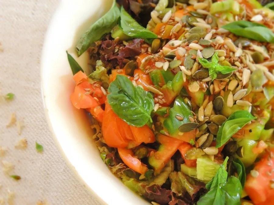 Semi di Zucca in Insalata Croccante con Olive e Pomodori