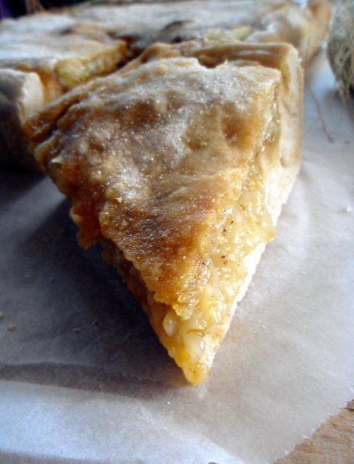 Torta rustica ripiena di cipolline e pinoli