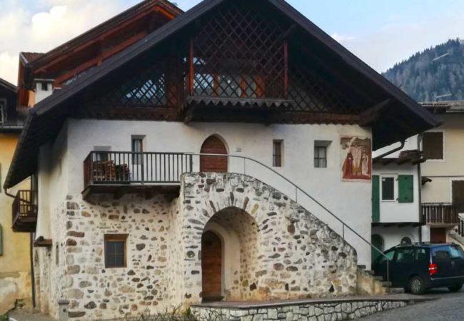 Casa Milano, situata nel centro storico di Transacqua ove si trova il laboratorio Dolcinella