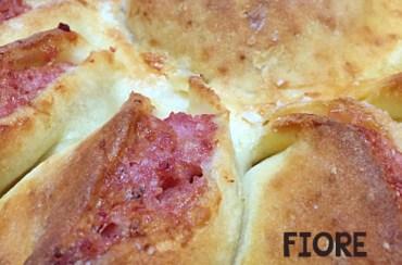 Fiore di pizza senza glutine con stracchino e salsiccia