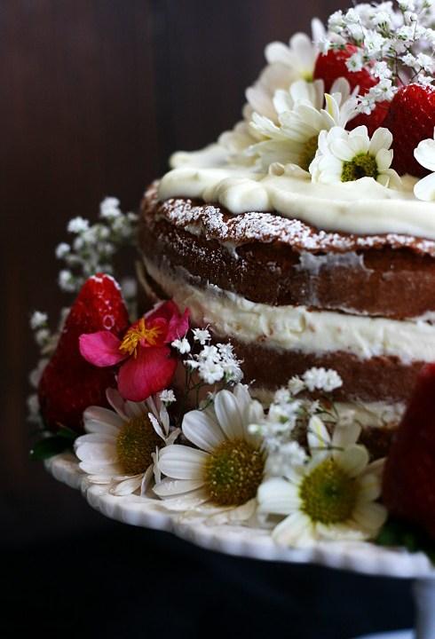 Naked cake al pistacchio con ganache montata al cioccolato bianco e fragole