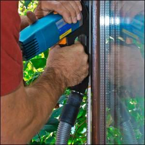 Eine Nut für eine Fensterdichtung wird gefräst