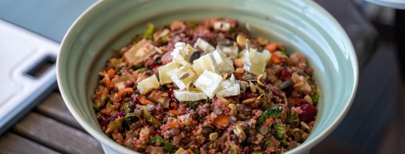 Salat mit Linsen, Gemüse und Quäse
